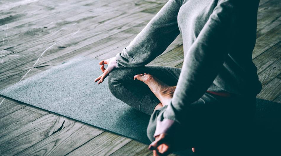 Mujer en clase de meditación | Inspirity